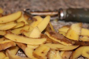 Einbrennen von Eisenpfannen - Kartoffelschalen & Salz