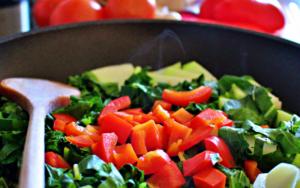 Gemüse in Gusseisernen Pfannen zubereiten