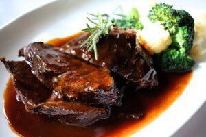 saucen und säurehaltige Lebensmittel in Gusseisenpfannen